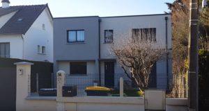 Maison Ema TT toit terrasse avec porche beton et biton couleur enduit mensuiries aluminum couleur dans les yvelines archidesign