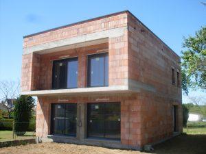 Maison toit plat avec balcon en surplomb en cours de chantier archidesign archidesign